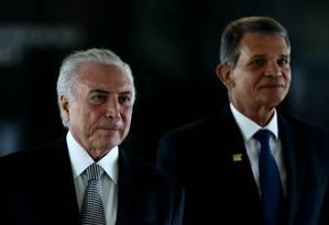 Temer e o general Joaquim Silva e Luna, ministro interino da Defesa Foto: Jorge William / Agência O Globo