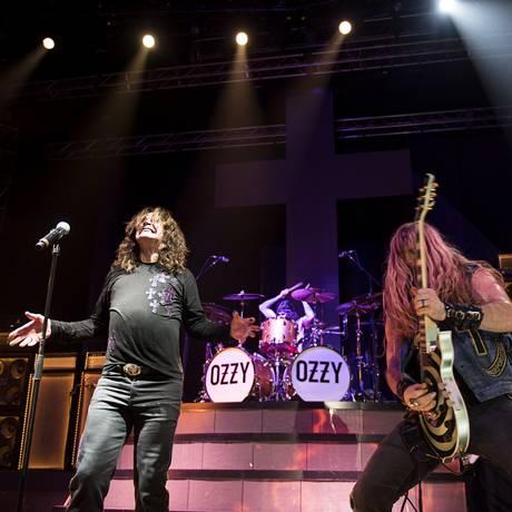 Ozzy Osbourne com o baterista Tommy Clufetos e o guitarrista Zakk Wylde Foto: Divulgação/Ross Halfin