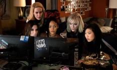 Sarah Paulson, Sandra Bullock, Rihanna, Cate Blanchett e Awkwafina em cena de 'Oito mulheres e um segredo' Foto: Divulgação