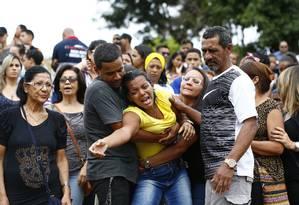 Com crescimento de homicídios, sensação de insegurança persiste. Enterro da jovem assassinada na Ilha do Governador Foto: Pablo Jacob