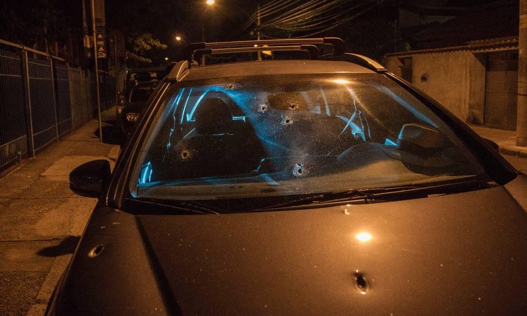 Marcas de disparo no carro onde estava o delegado aposentado, acompanhado da filha e da neta Foto: Ricardo Cassiano / Agência O Globo