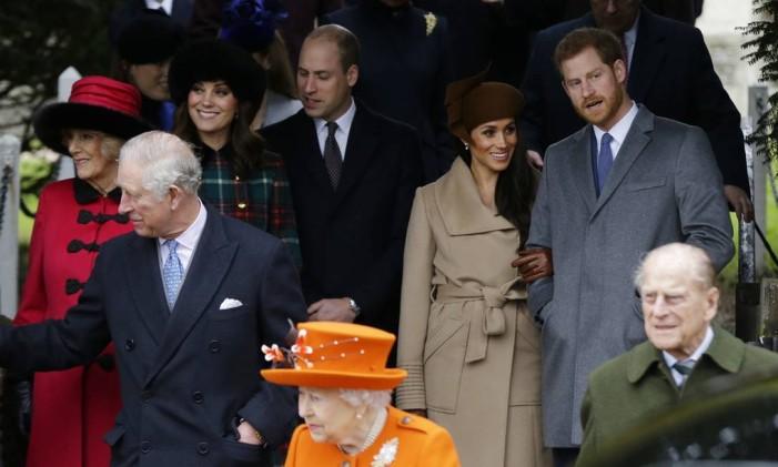 Príncipe Charles, à esquerda, e os noivos Meghan Markle e príncipe Harry Foto: Alastair Grant / AP