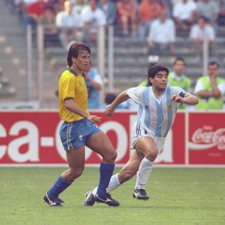 Diego Maradona joga contra Dunga na Copa do Mundo de 1990: Amazon vai produzir série sobre o jogador argentino Foto: Aníbal Philot