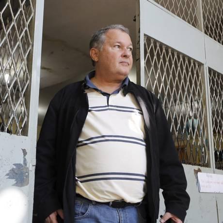 O ex-secretário de Educação Cesar Benjamin, ao deixar escola no Lins em 05/07/2017 Foto: Antonio Scorza / Agência O Globo