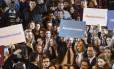"""Primeira-dama francesa, Brigitte Macron segura cartaz """"Não ao assédio"""" ao lado de ministro da Educação, Jean-Michel Blanquer Foto: PHILIPPE DESMAZES / AFP"""