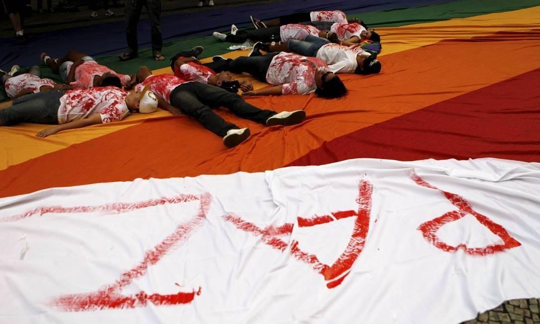 Vestindo blusas com manchas vermelhas, simbolizando sangue, ativistas pedem paz no Dia do Orgulho LGBT, no Rio Foto: Marcelo Piu/ Age^ncia O Globo