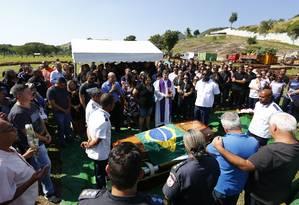 Enterro do PM Rafael da Silva Estevão no cemitério Jardim da Saudade em Sulacap Foto: Pablo Jacob / Agência O Globo