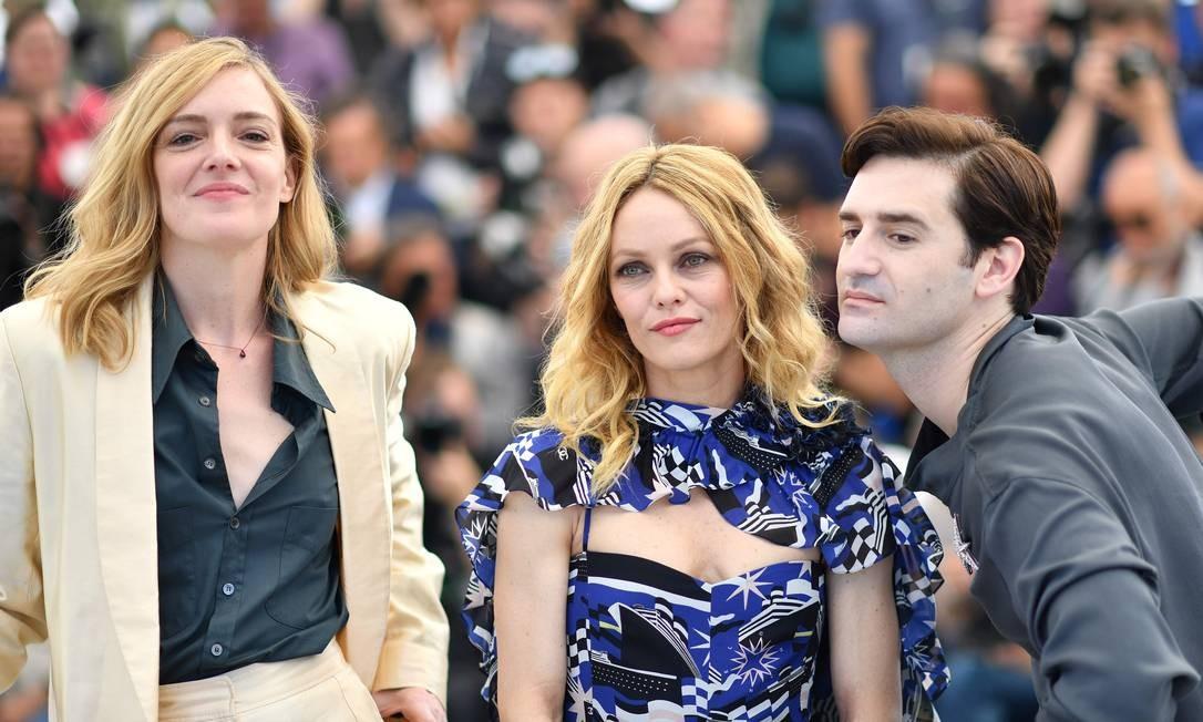 Os atores Kate Moran, Vanessa Paradis e Nicolas Maury no lançamento de 'Knife + Heart', em Cannes Foto: ALBERTO PIZZOLI / AFP
