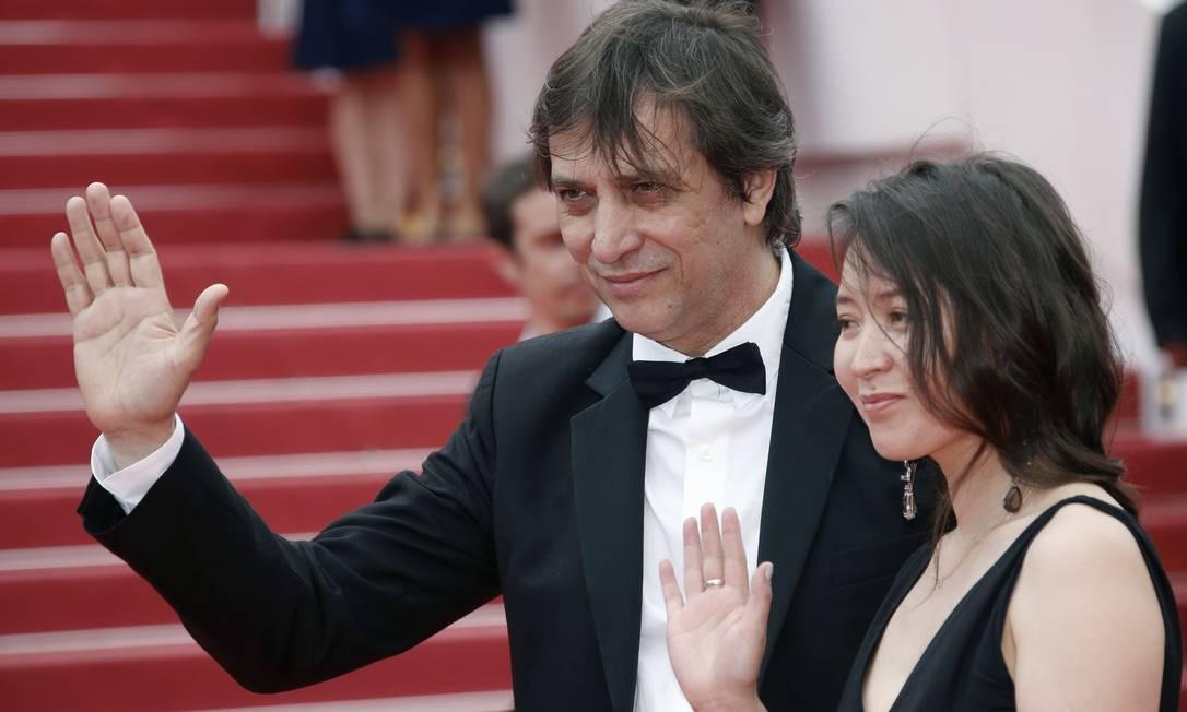 O diretor Sergey Dvortsevoy e a atriz Samal Yeslyamova apresentam 'Ayka', em Cannes Foto: JEAN-PAUL PELISSIER / REUTERS