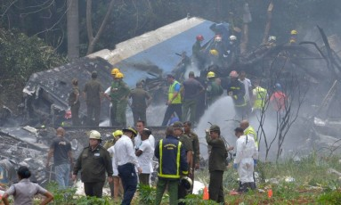 Equipes trabalham em destroços de avião cubano Foto: AFP