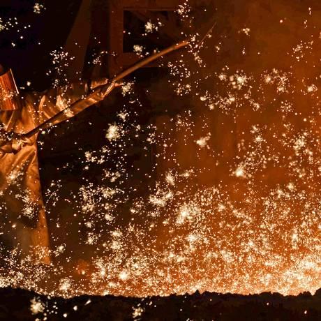 Trabalhador em fábrica de aço na Alemanha Foto: Fabian Bimmer / REUTERS/17-3-2015