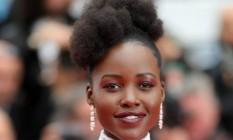 Quem tem pele negra pode usar e abusar dos looks de Lupita Nyong'o como inspiração. A sombra avermelhada tira o visual da mesmice e fica linda na pele negra Foto: Andreas Rentz / Getty Images