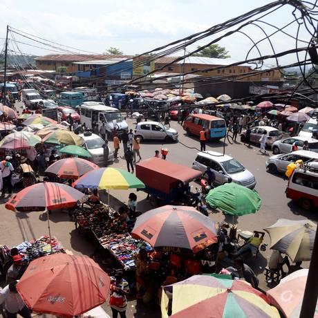 Vista do bairro pobre de Ngaba em Kinshasa, capital da República Democrática do Congo: maior medo das autoridades é que doença chegue à cidade, superpovoada e tomada de favelas sem seneamento básico Foto: REUTERS/Kenny Katombe