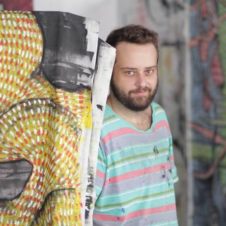Thiago Gadelha e as obras de 'Do chão não passa': tramas em acrílica e carvão Foto: Divulgação/ Luciano Aguiar