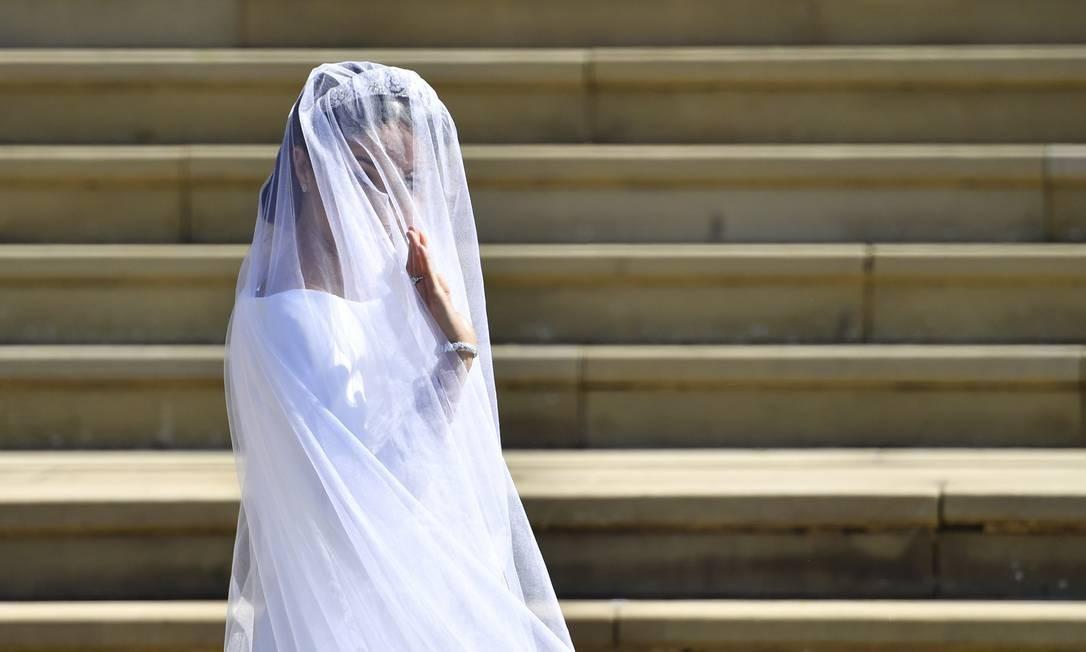 Meghan Markle acena ao chegar para seu casamento na Capela de São Jorge, no Castelo de Windsor Foto: Ben Stansall / AP