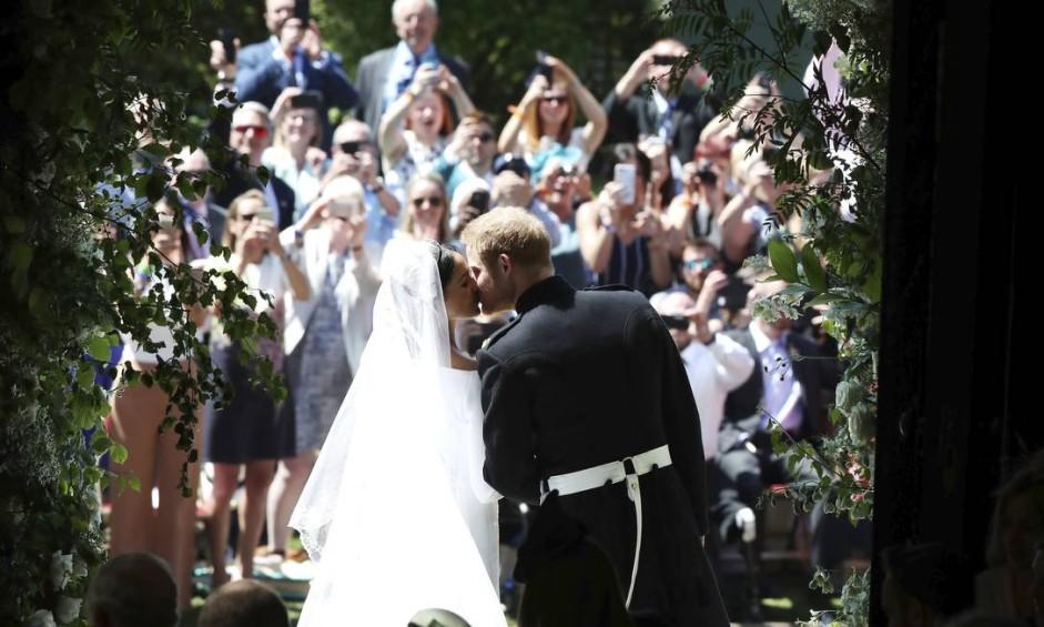 Príncipe Harry e Meghan Markle se beijam nos degraus da Capela de São Jorge após a cerimônia de casamento em Windsor Foto: Danny Lawson / AP