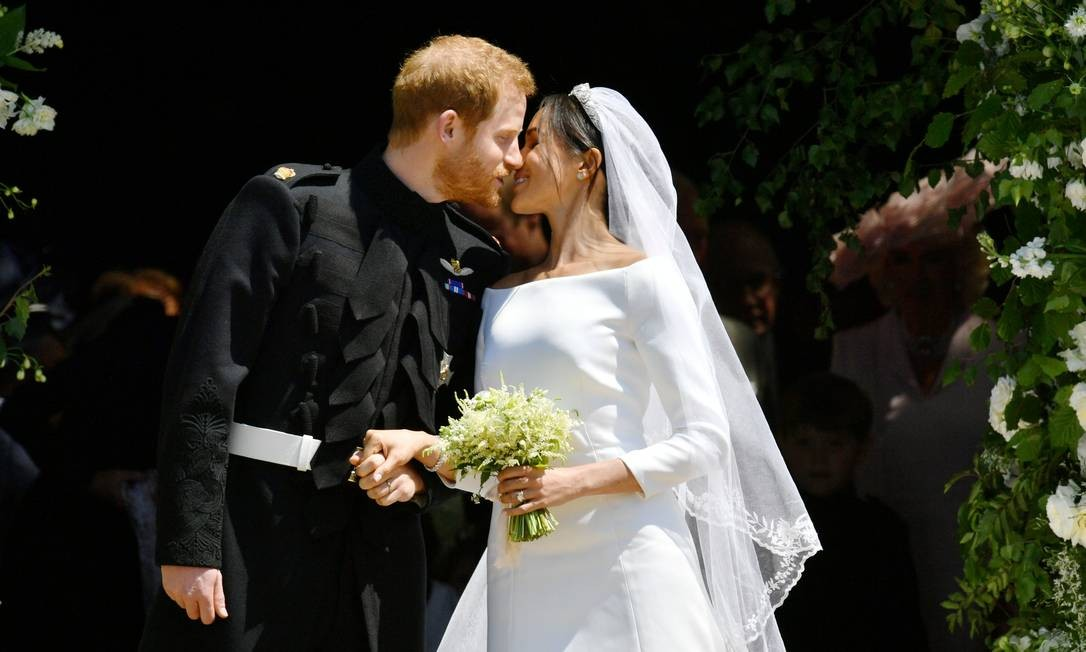 Príncipe Harry e Meghan Markle se beijam nos degraus da Capela de São Jorge após a cerimônia de casamento em Windsor Foto: POOL / REUTERS