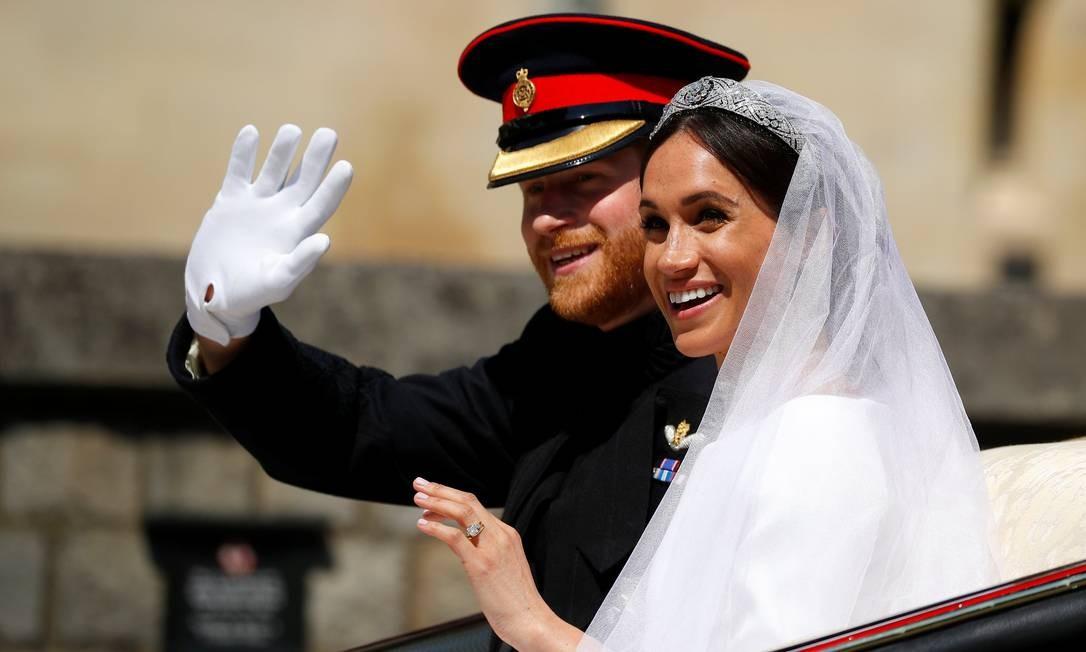 Príncipe Harry da Grã-Bretanha e sua esposa, Meghan Markle, montam uma carruagem puxada por cavalos, após a cerimônia de casamento Foto: PHIL NOBLE / REUTERS