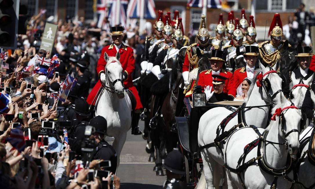 O Duque e a duquesa de Sussex durante sua procissão de carruagens na High Street em Windsor Foto: ADRIAN DENNIS / AFP