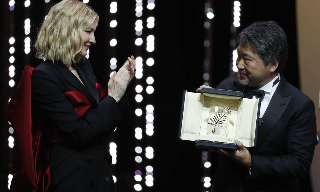 O diretor Hirokazu Kore-eda recebe a Palma de Ouro das mãos de Cate Blanchett Foto: ERIC GAILLARD / REUTERS