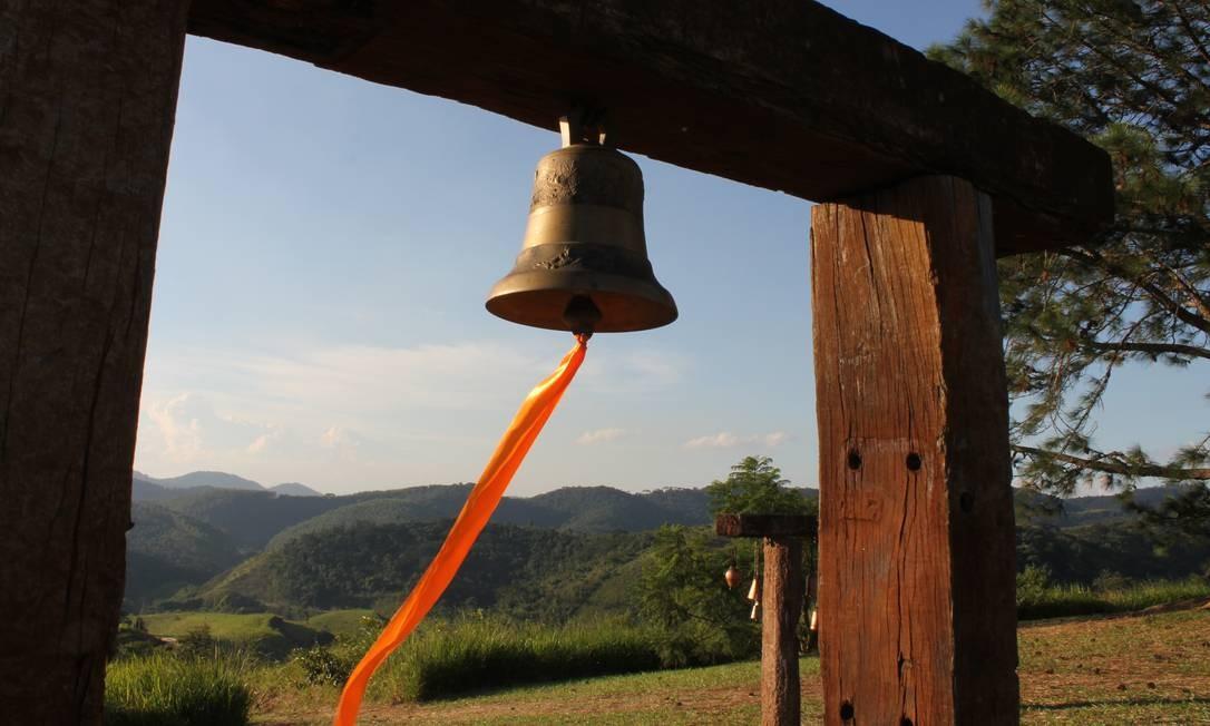 Fita laranja usada para tocar o sino balança ao vento Foto: Ana Beatriz Marin / Agência O Globo