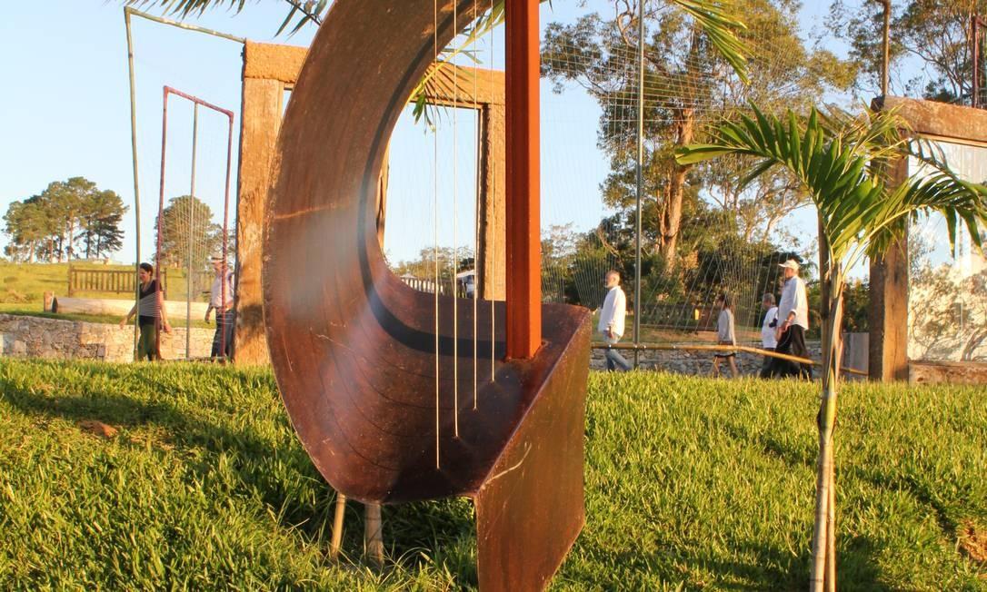Escultura que é um misto de harpa e clave de sol enfeita o Labirinto da Música no Jardim Uaná Etê Foto: Ana Beatriz Marin / Agência O Globo