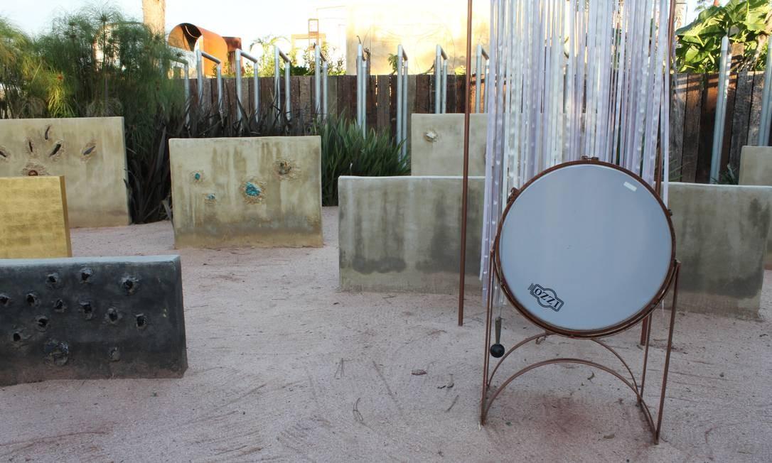 Bateria é um mais um dos instrumentos que adornam o Labirinto da Música Foto: Ana Beatriz Marin / Agência O Globo
