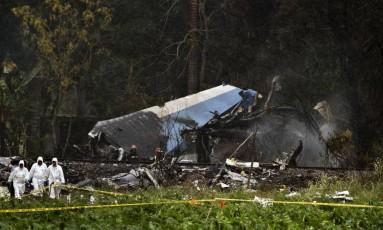 Investigadores forenses trabalham com os destroços do Boeing 737 que caiu em Havana, para identificar as causas do acidente Foto: Ramon Espinosa / AP