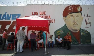 """Em Caracas, eleitores se registram em um dos chamados """"pontos vermelhos"""": tendas montadas pelo partido do governo fora dos centros de votação para confirmar se os beneficiários de programas sociais de Maduro votaram Foto: Ariana Cubillos / AP"""
