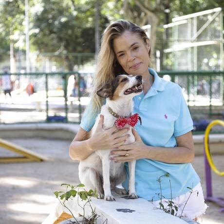 A atriz Alexia Dechamps e a sua cadela Pituxa Foto: ROBERTO MOREYRA / Roberto Moreyra/Agência O Globo
