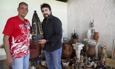 Babalaô Sérgio Malafaia D'Ogum com o padre Fábio de Melo Foto: Fábio Guimarães / Agência O Globo
