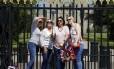 Selfie. Lembranças do casamento em pose no portão do Castelo de Windsor Foto: PHIL NOBLE / REUTERS