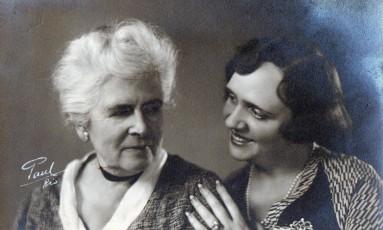 A escritora Julia Lopes de Almeida e a filha, a declamadora Margarida Lopes de Almeida Foto: Acervo familiar / Divulgação