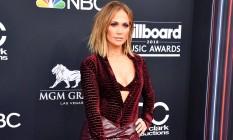 As famosas ousaram no tapete vermelho do Billboard Music Awards, em Las Vegas, na noite deste domingo. Jennifer Lopez usou texturas, fenda e exibiu a lingerie Foto: Frazer Harrison / Getty Images