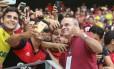 Eduardo Bandeira de Mello tira fotos com torcedores na partida contra o Ceará Foto: Flamengo/Divulgação