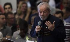 Mesmo preso, Lula é o único candidato citado com frequência pelos adversários Foto: Edilson Dantas / Agência O Globo
