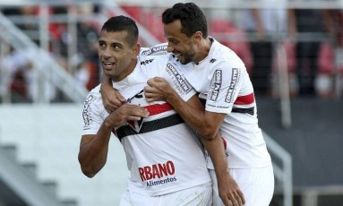 Decisivo. Diego Souza é abraçado por Nenê após o gol da vitória do São Paulo Foto: Terceiro / Luis Moura / WPP