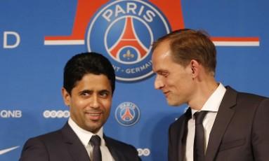O presidente do PSG, Nasser al-Khelaif (à esquerda), na apresentação do técnico Thomas Tüchel, no domingo Foto: Michel Euler / AP