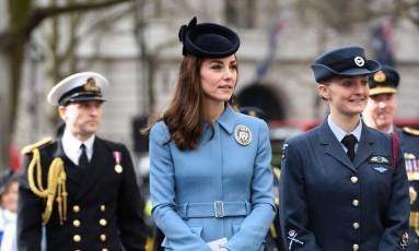 ... Em 2016, agora em Londres, Kate voltou a usar o casaco McQueen Foto: WPA Pool / Getty Images