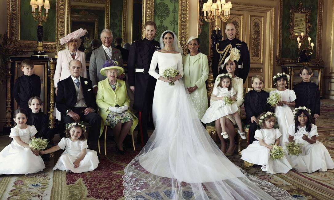 O Palácio de Kensington divulgou, na manhã desta segunda-feira, três fotos oficiais da união entre Harry e Meghan. Todas foram feitas por Alexi Lubomirski no Castelo de Windsor. No álbum, o casal, com a família toda e com os pajens e daminhas - atenção para a carinha linda do príncipe George! Foto: Alexi Lubomirski / AP