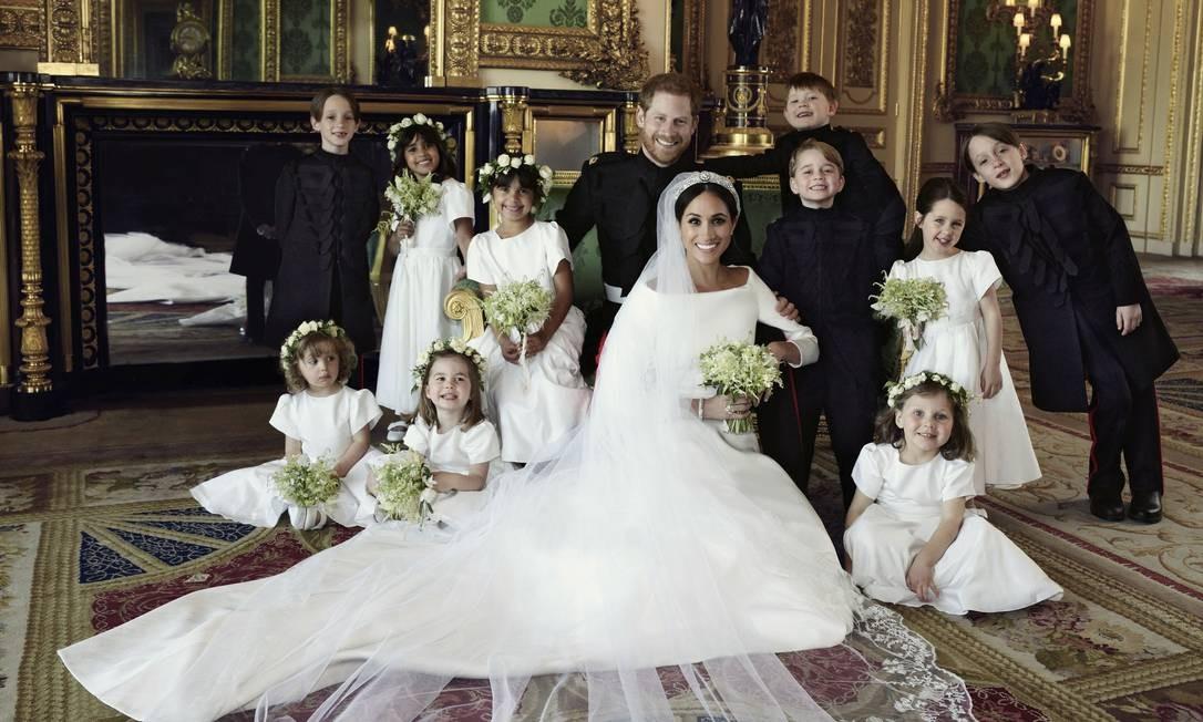 Meghan e Harry com os pajens e daminhas Foto: Alexi Lubomirski / AP