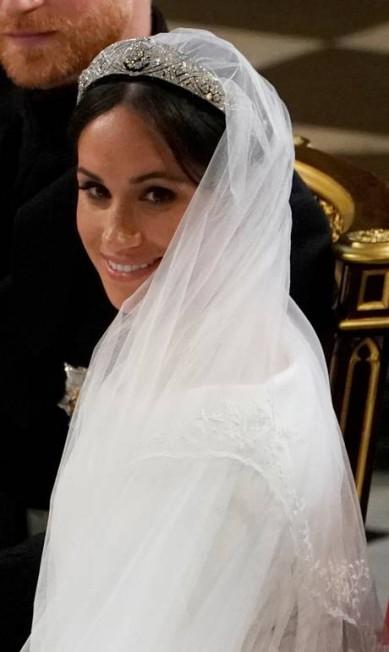 Meghan usou uma tiara que pertenceu à Maria de Teck, avó da Rainha Elizabeth II. A peça é feita de diamante e platina, de 1932, e o broche central é de 1893. Os brincos e a pulseira são da Cartier POOL New / REUTERS