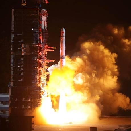 Um foguete Long March-4C é lançado carregando o satélite Queqiao, em Xichang, na China Foto: China OUT / AFP