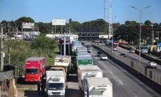Caminhoneiros fecham faixas da rodovia Niterói-Manilha (BR-101) e deixam o trânsito pesado no local. Foto: Fabiano Rocha / Fabiano Rocha