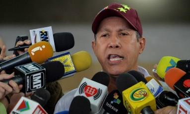 Candidato opositor de Maduro, Henri Falcón afirmou ter mais de 350 denúncias contra praticas ocorridas no processo eleitoral de domingo Foto: LUIS ROBAYO / AFP