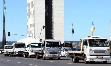 Motoristas de guinchos fazem protesto em frente ao Congresso Nacional contra o aumento abusivo dos preços dos combustíveis Foto: Givaldo Barbosa / Agência O Globo