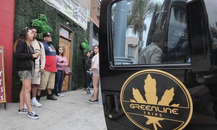 x76895829 In this May 19 2018 photo tourists line up before boarding the Green Line Trips bus in the.jpg.pagespeed.ic.S92CAULQoT Turismo da maconha faz sucesso em Los Angeles, com tour temático e tudo mais