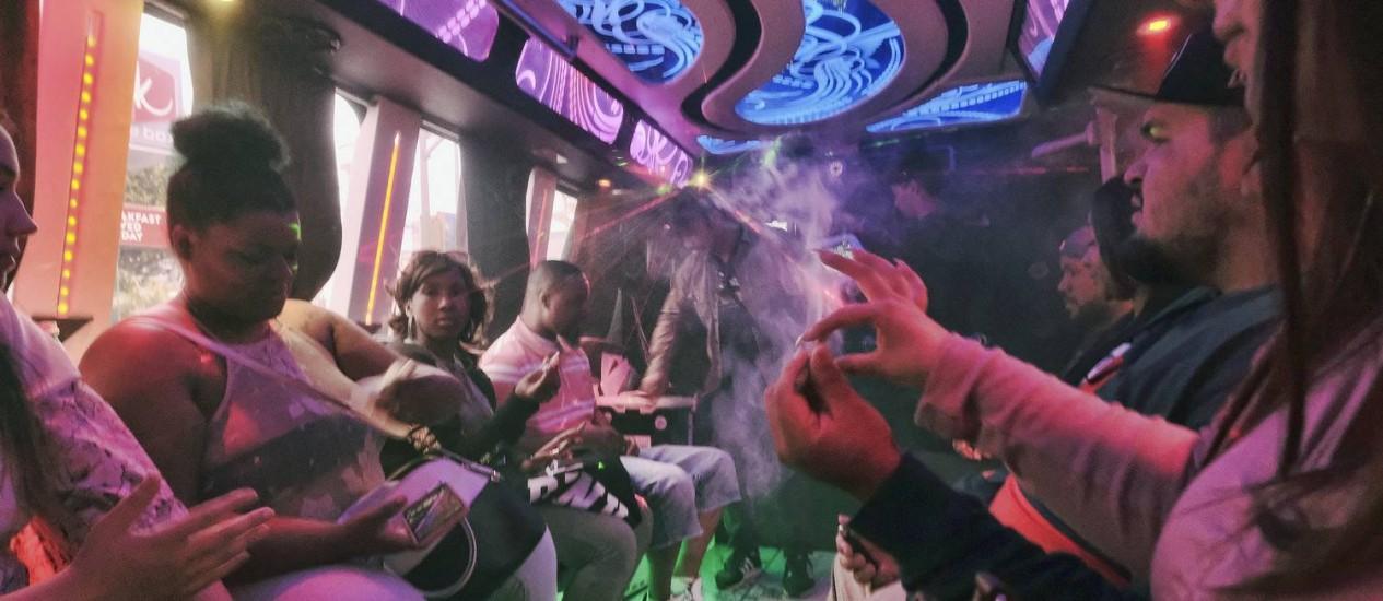 Turistas no interior do ônibus da Green Line Trips, que percorre dispensários de maconha em Los Angeles, na Califórnia Foto: Richard Vogel / AP