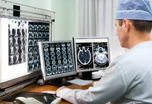 Médico analisa exames de imagem: sistemas de inteligência artificial podem ajudar ou mesmo realizar os diagnósticos Foto: Shutterstock