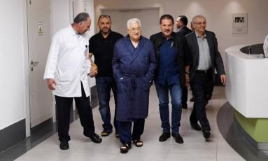 Presidente da Autoridade Palestina, Mahmoud Abbas (ao centro da imagem) caminha por corredor de hospital em Ramallah, na Cisjordânia Foto: HANDOUT / REUTERS